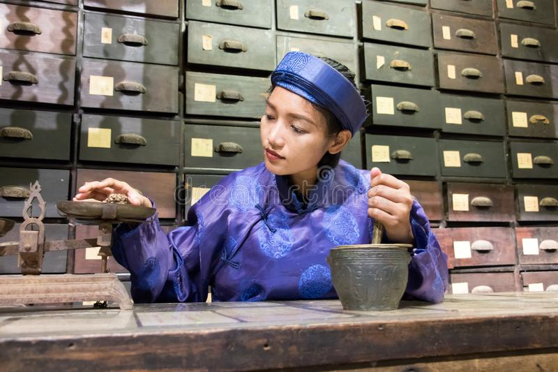 工作在东方药房的亚裔药剂师 免版税库存照片