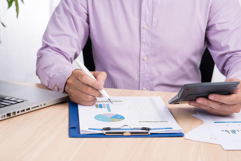 工作在书桌上的商人 在家做自由职业者工作办公室 关于书的文字笔记 时间赛跑 软绵绵地集中 免版税库存图片
