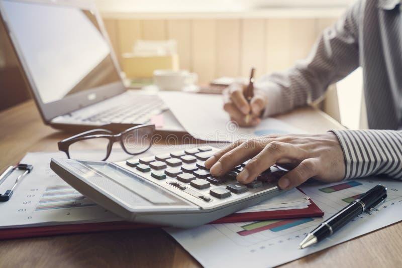 工作在书桌办公室企业财务会计的商人 免版税图库摄影