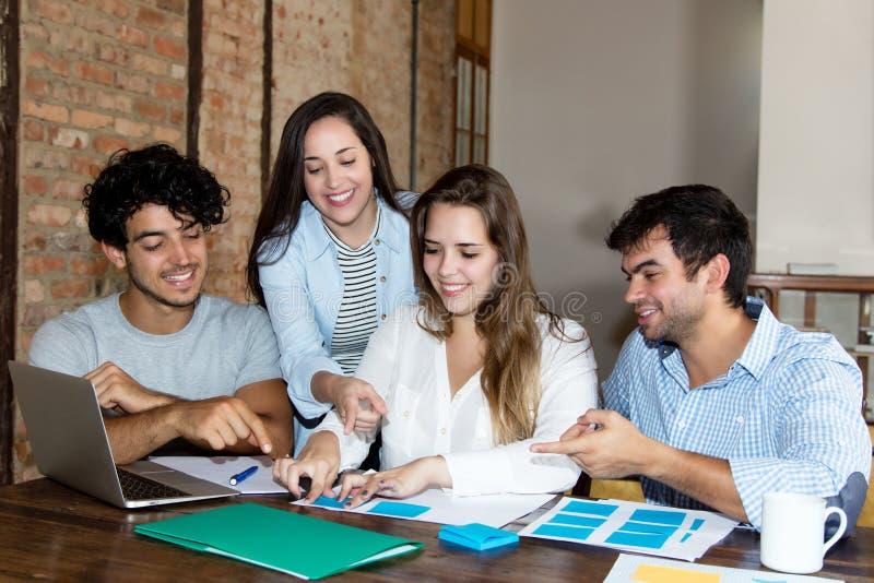 工作在书桌的年轻成人人民企业队在办公室 免版税库存图片