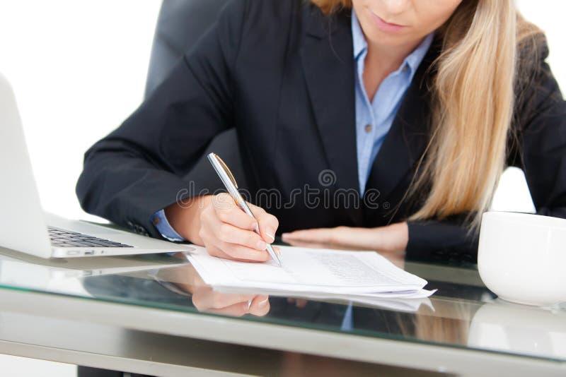 工作在书桌的年轻专业女商人 库存照片