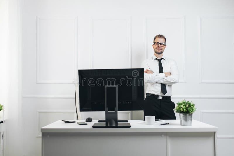 工作在他的办公室的成功的商人 库存照片