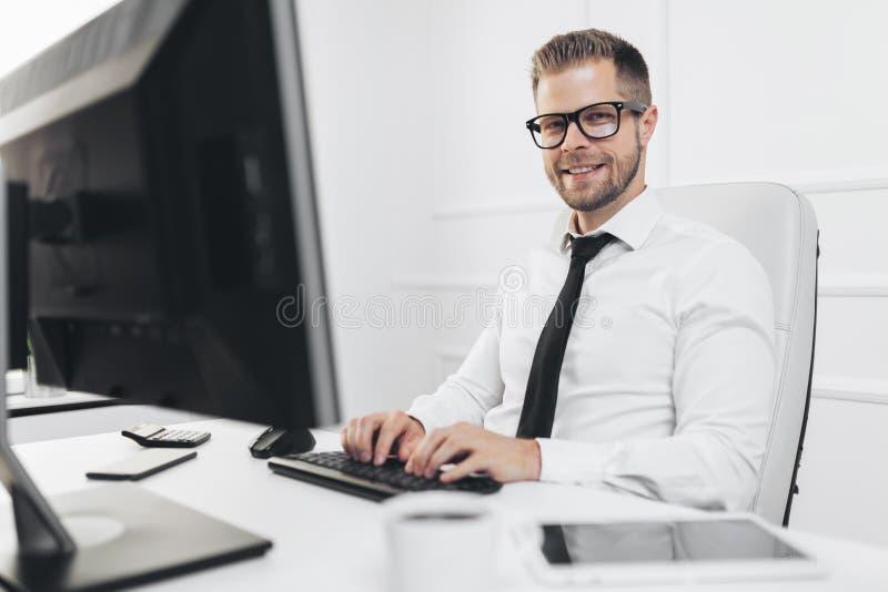 工作在他的办公室的成功的商人 免版税库存图片