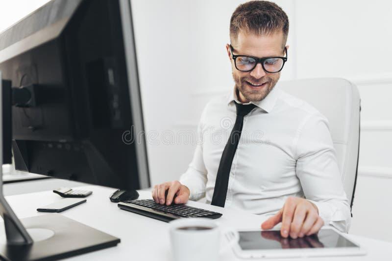工作在他的办公室的成功的商人 库存图片