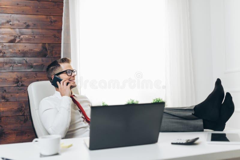 工作在他的办公室的成功的商人 免版税图库摄影