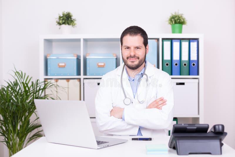 工作在他的办公室的有胡子的医生 事务和医疗概念 免版税库存照片