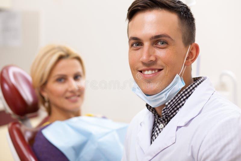 工作在他的牙齿诊所的专业牙医 免版税库存图片