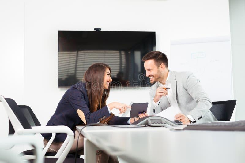 工作在会议上的两个成功的商务伙伴的图象在办公室 免版税库存照片
