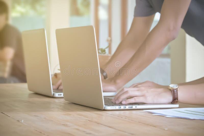 工作在会议上的四个商人的手 小组支持 库存照片