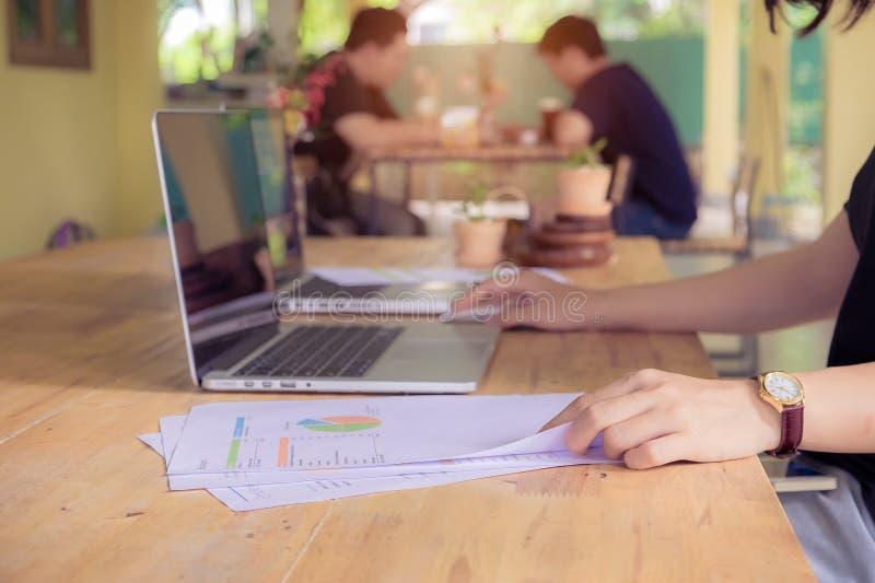 工作在会议上的四个商人的手 小组支持 库存图片