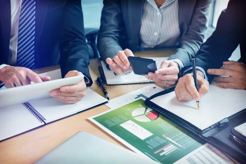 工作在会议室的买卖人的中央部位 免版税图库摄影