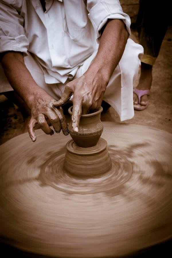 工作在传统黏土瓦器的工匠 库存图片
