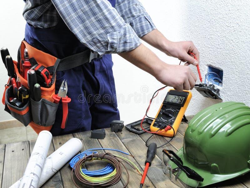 工作在住宅电子installati的年轻电工 免版税库存照片