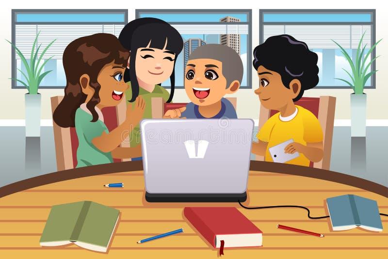 工作在便携式计算机附近的学校孩子 皇族释放例证