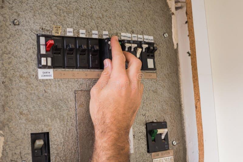 工作在保险丝箱子的电工 库存图片