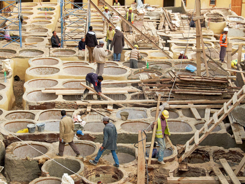 工作在修复的民工在Chouwara皮革皮革厂在菲斯El巴厘岛麦地那 免版税库存图片