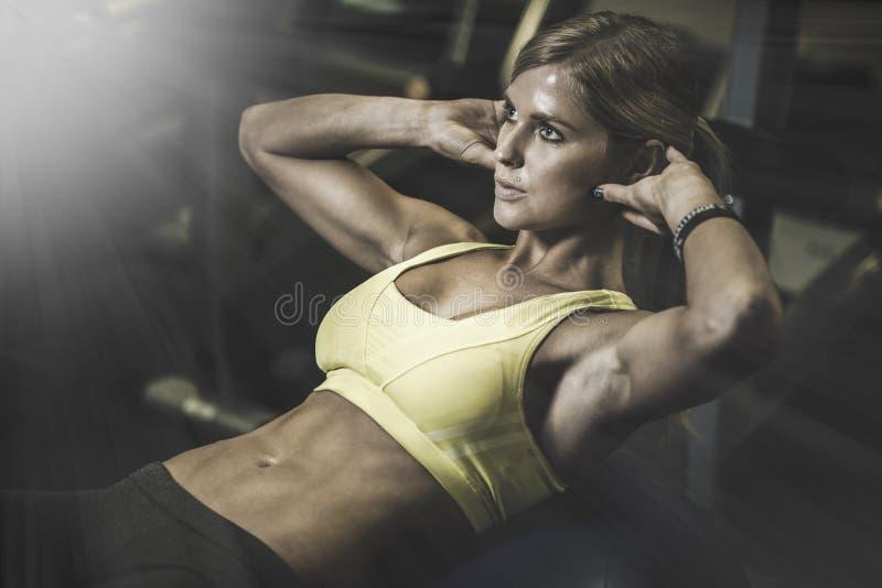 工作在健身的美丽的运动妇女ab间隔时间 库存照片
