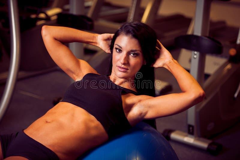 工作在健身的美丽的运动妇女ab间隔时间 图库摄影