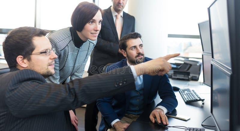 工作在公司办公室的企业队 图库摄影