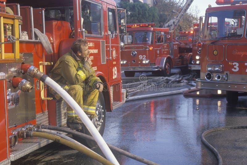 工作在公寓火,洛杉矶,加利福尼亚的消防队员 库存照片