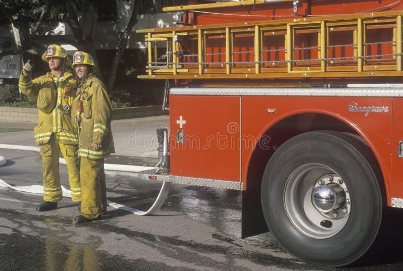 工作在公寓火,洛杉矶,加利福尼亚的消防队员 免版税图库摄影