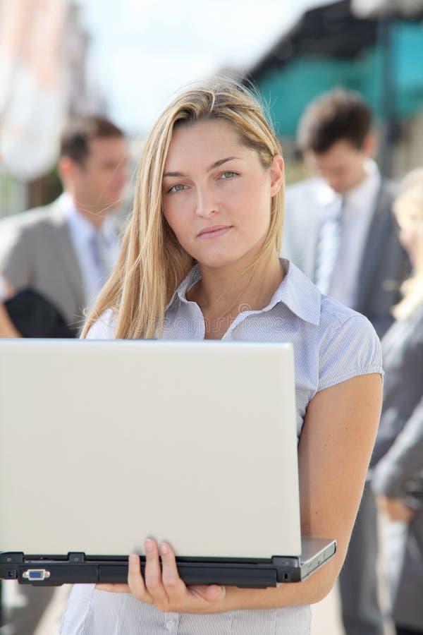 工作在办公室之外的女实业家 库存图片