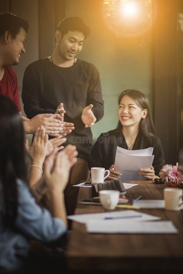 工作在办公室会议的亚裔可爱的妇女的微笑的面孔 免版税库存照片
