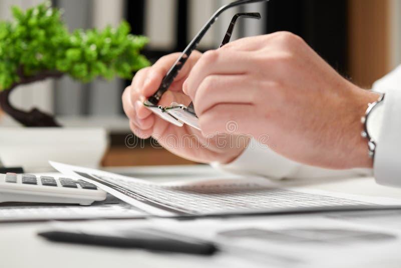 工作在办公室和计算财务的商人 他采取玻璃 企业财务会计概念 免版税库存照片