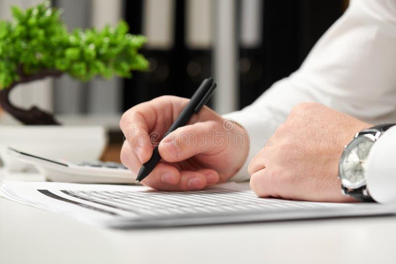 工作在办公室和计算财务的商人 企业财务会计概念 免版税库存图片