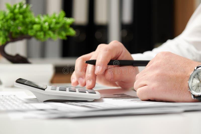 工作在办公室和计算财务的商人 企业财务会计概念 图库摄影