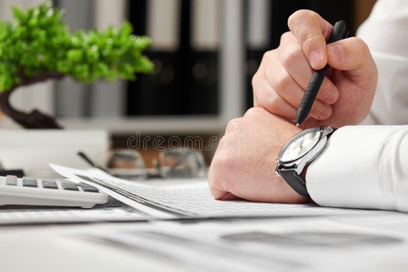 工作在办公室和计算财务的商人 企业财务会计概念 库存照片