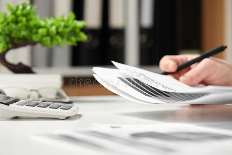 工作在办公室和计算财务的商人 企业财务会计概念 库存图片