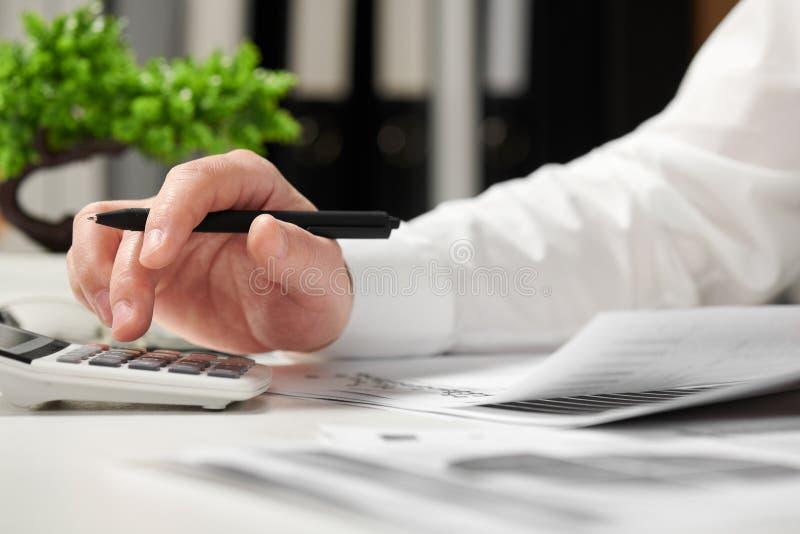 工作在办公室和计算财务的商人 企业财务会计概念 免版税库存照片