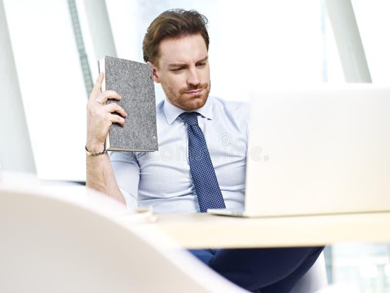 工作在办公室的企业人 免版税库存照片