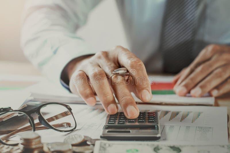 工作在办公室的会计 企业财务和认为的co 免版税库存照片