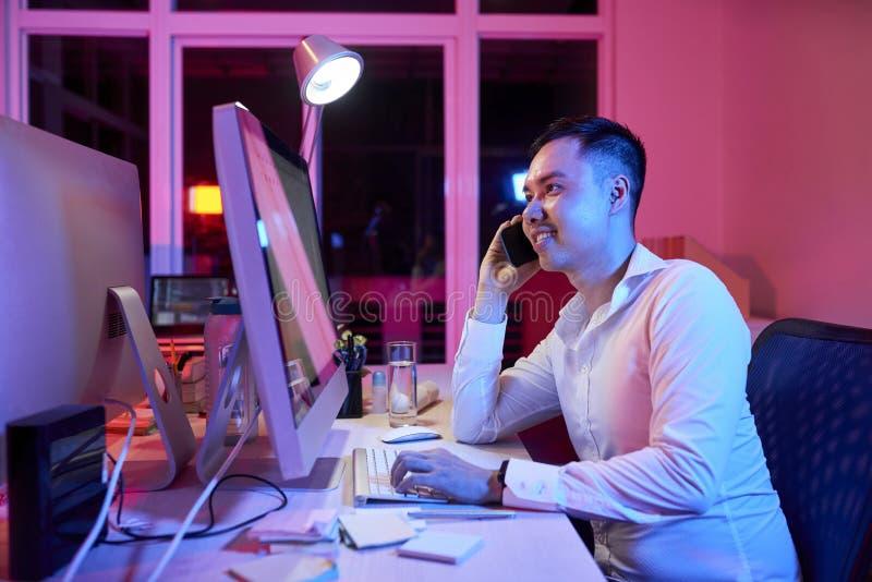 工作在办公室的办公室工作者直到晚上 库存图片