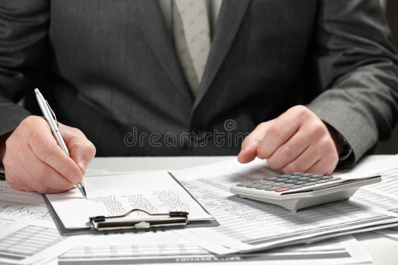 工作在办公室的商人 手和文件特写镜头 库存照片