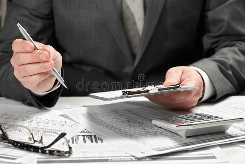 工作在办公室的商人 手和文件特写镜头 免版税库存图片