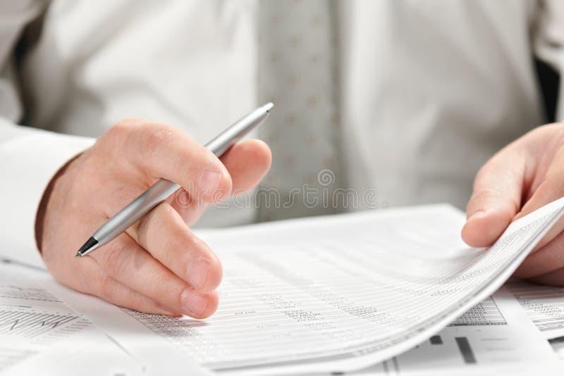 工作在办公室的商人 手和文件特写镜头 免版税库存照片