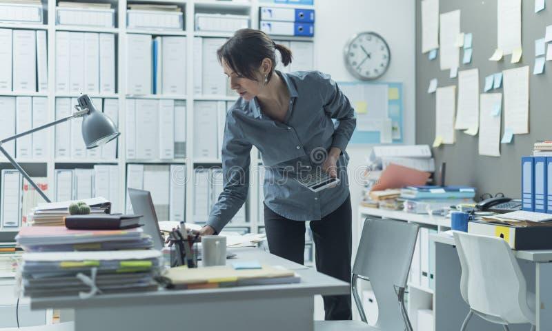 工作在办公室的女实业家 免版税图库摄影