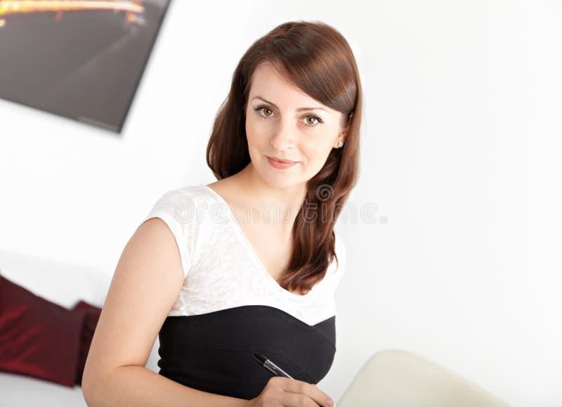 工作在办公室的女实业家 免版税库存图片