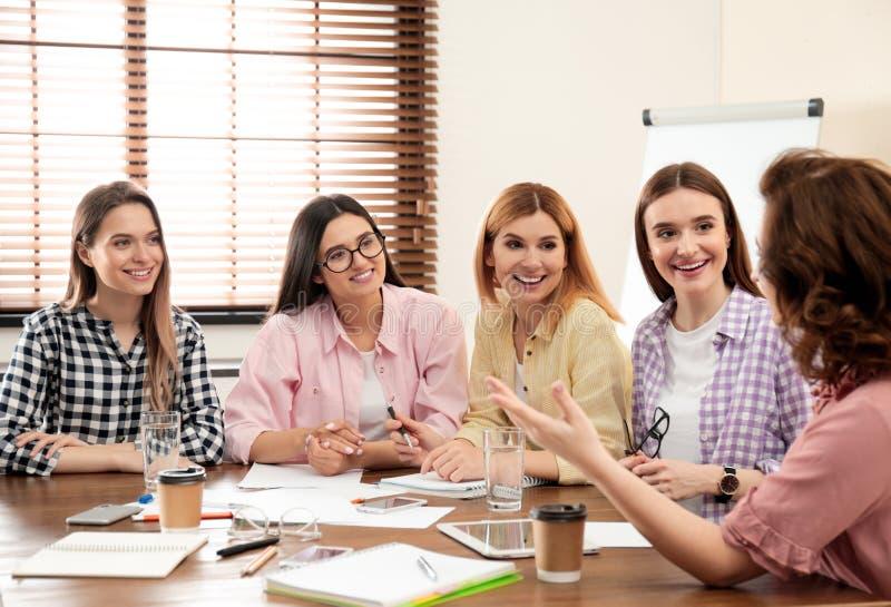 工作在办公室的女性专业企业队 免版税库存图片