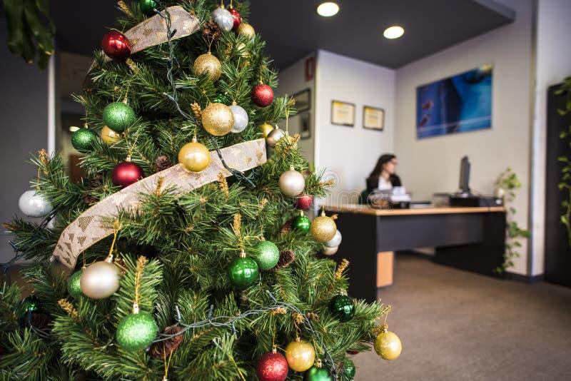 工作在办公室的妇女在假日 免版税库存照片