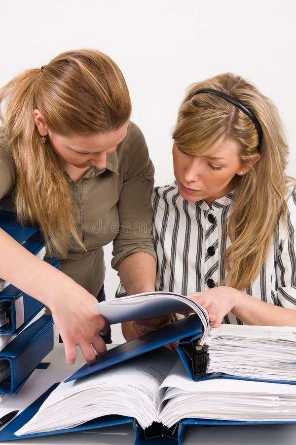 工作在办公室的妇女 免版税库存图片