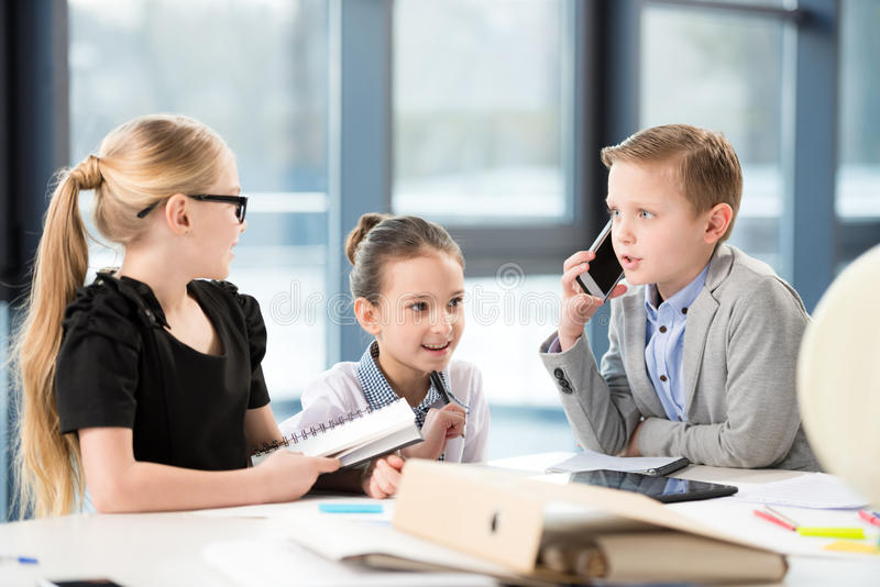 工作在办公室的孩子 免版税库存照片