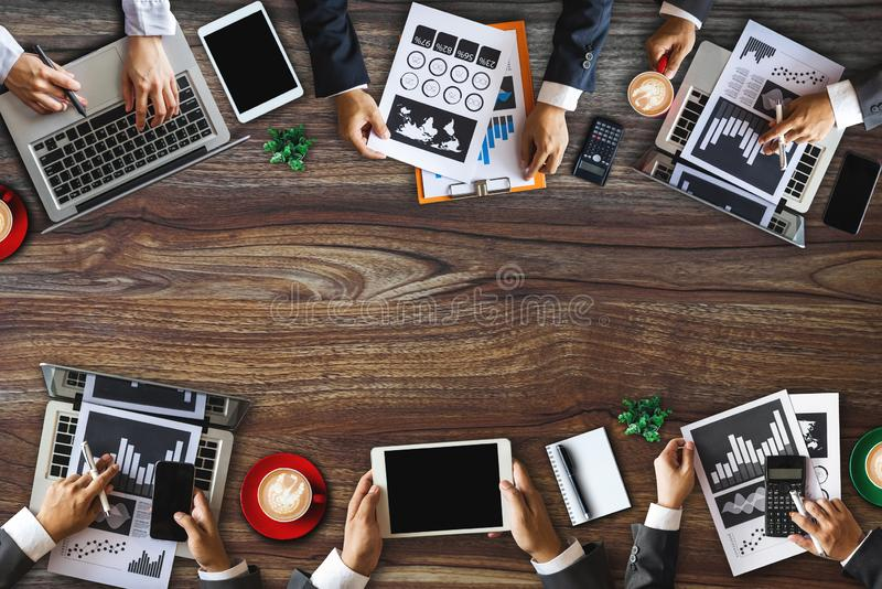 工作在办公室的小组不同种族的繁忙的人民 免版税库存图片