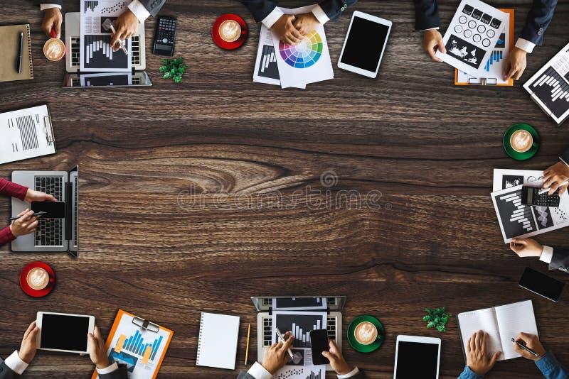 工作在办公室的小组不同种族的繁忙的人民 免版税库存照片