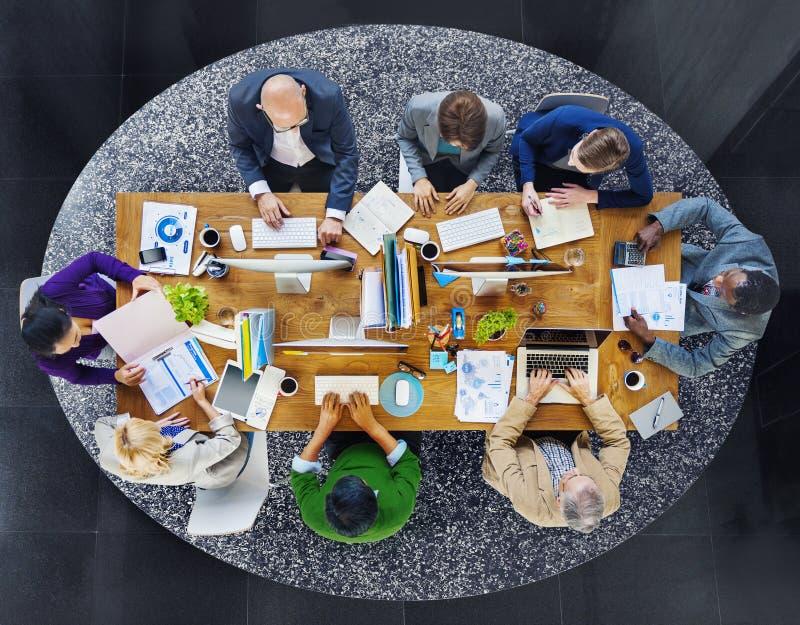 工作在办公室的小组不同种族的繁忙的人民 库存照片