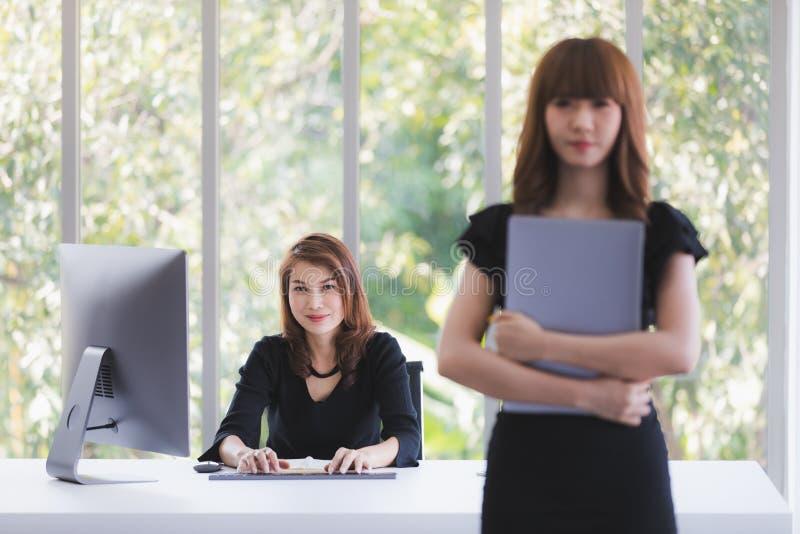 工作在办公室的少女 免版税图库摄影