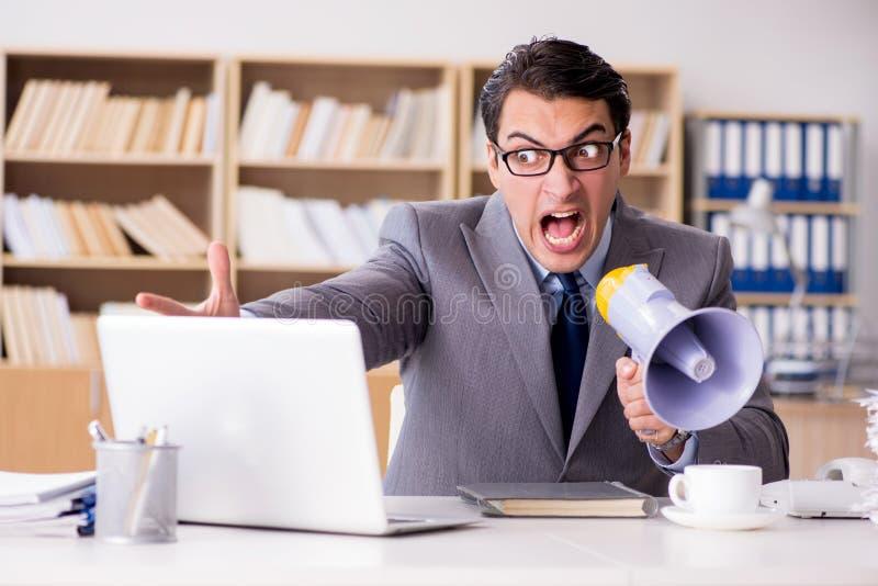工作在办公室的恼怒的商人 库存图片